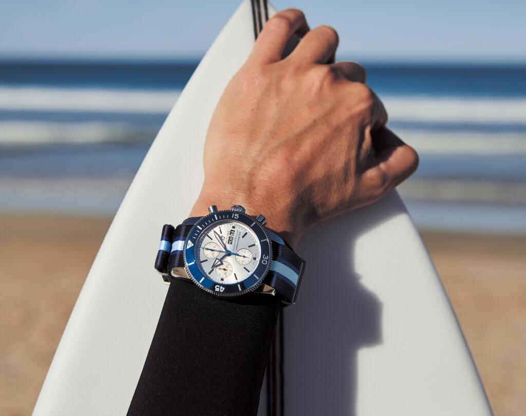 Breitling找來三位冠軍滑浪手,並與海洋保護協會於峇里島合辦淨灘活動,慶祝全新的限量版腕錶問世。
