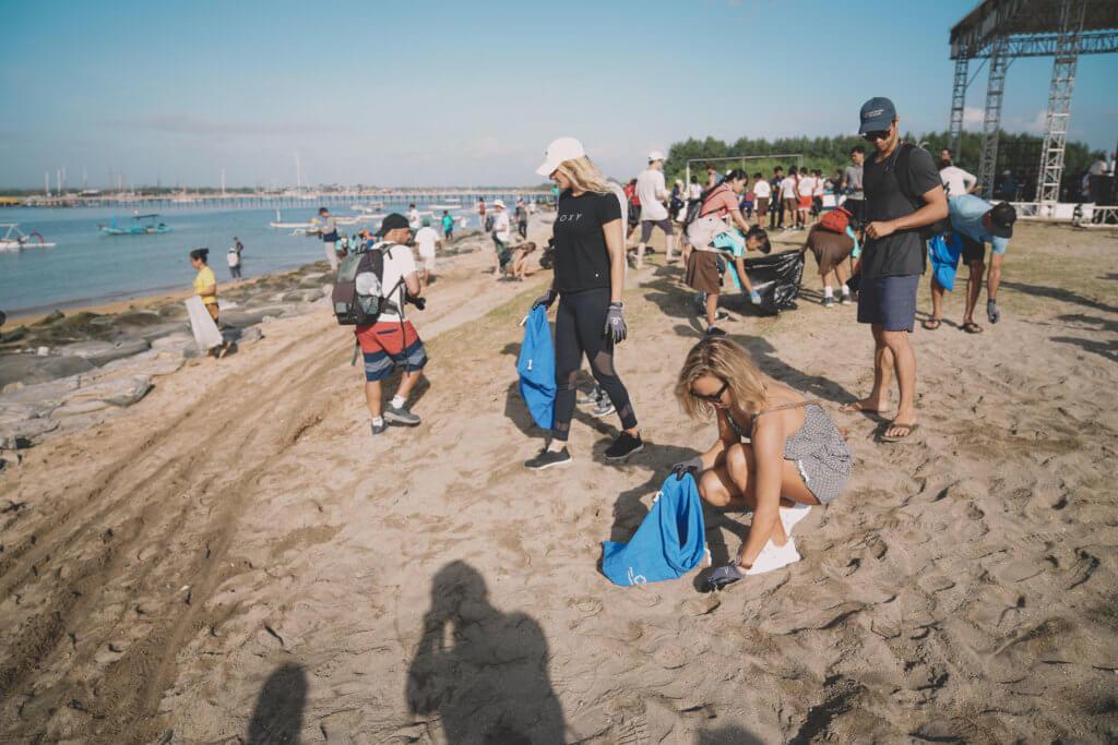 嘉賓和志願者在海灘上清理了數百公斤人為垃圾