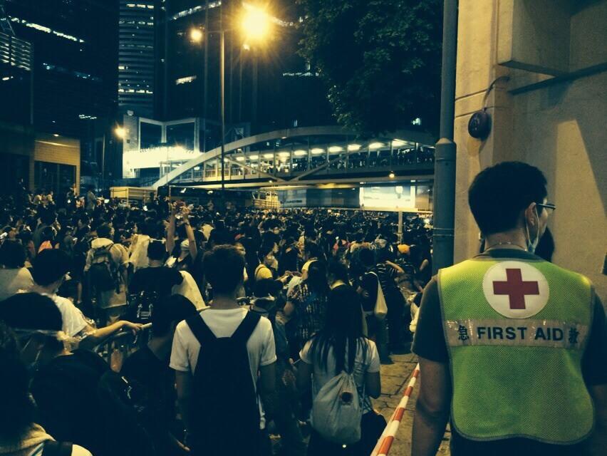 當日來回穿梭夏愨道時,沿路總會有參與人士為急救員打氣,Rico很感謝一羣學生對香港的付出。
