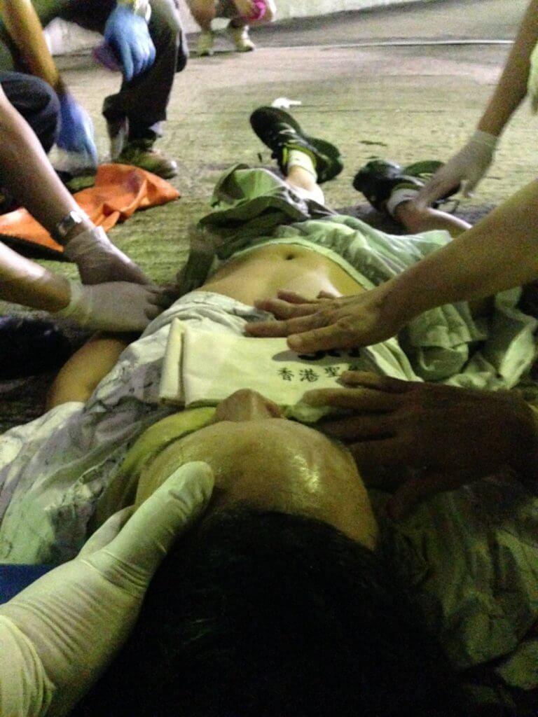 一隻變形的右腳,還有「橙旗」、「開槍」、「走避」、「催淚彈」,交織成「跳橋人受傷」的故事。