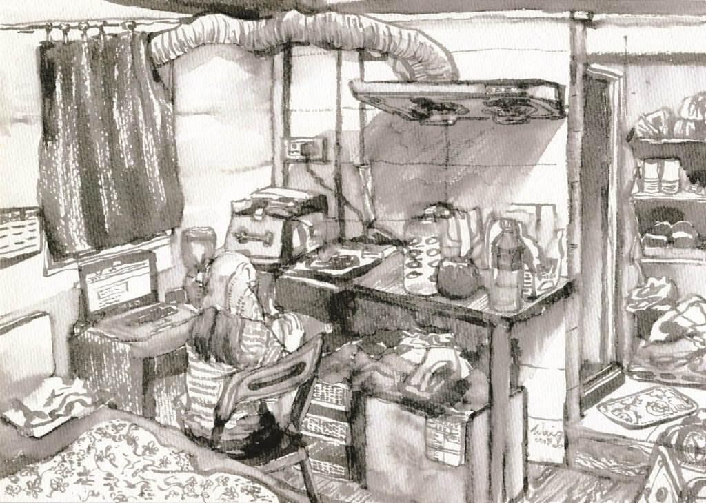 家徒四壁,室內呈長方形,左邊是單人牀,右邊是書桌加一張摺枱,背後仍是一塊照不到全身的鏡。牀的對面,放了電磁爐、盥洗盆和小雪櫃,桌上散落幾個杯麵,道出年輕一族的飲食習慣。