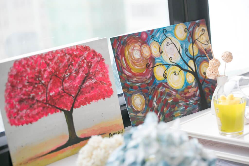 方婷認為,找到自己的興趣是抒解壓力的好方法,適時把自己的情緒釋放,而畫畫便是途徑之一。圖為受贈的畫作。