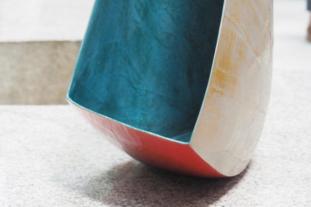 Masanori Nishikawa(日本) 作品:《Form of the wind》 素材:漆,麻布,日本和紙,錫粉,鉑金粉 Masanori Nishikawa運用日本傳統製漆技術,將古老工藝演化出當代神韻,這件作品以人的角度出發。