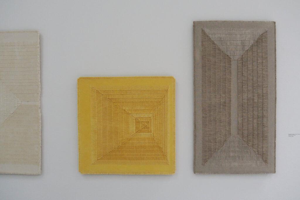 Sophie Rowley(紐西蘭) 作品:《Khadi Frays》 素材:棉,印度薑黃染天然棉布,麻布尺寸不一  Sophie Rowley運用在印度學到的傳統Khadi技術,耐心將物料切割,留下破損痕跡,再將之併合出帶有立體感的成品。
