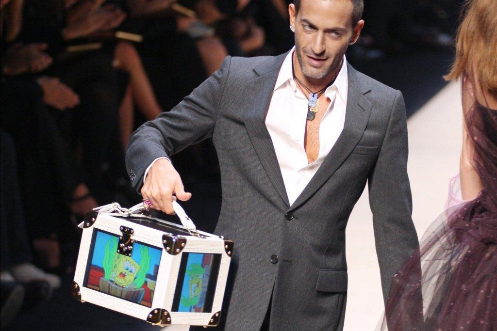 Marc Jacobs於2008春夏時裝騷謝幕時,便手提着內置LED螢幕的白色Louis Vuitton小木箱出場。