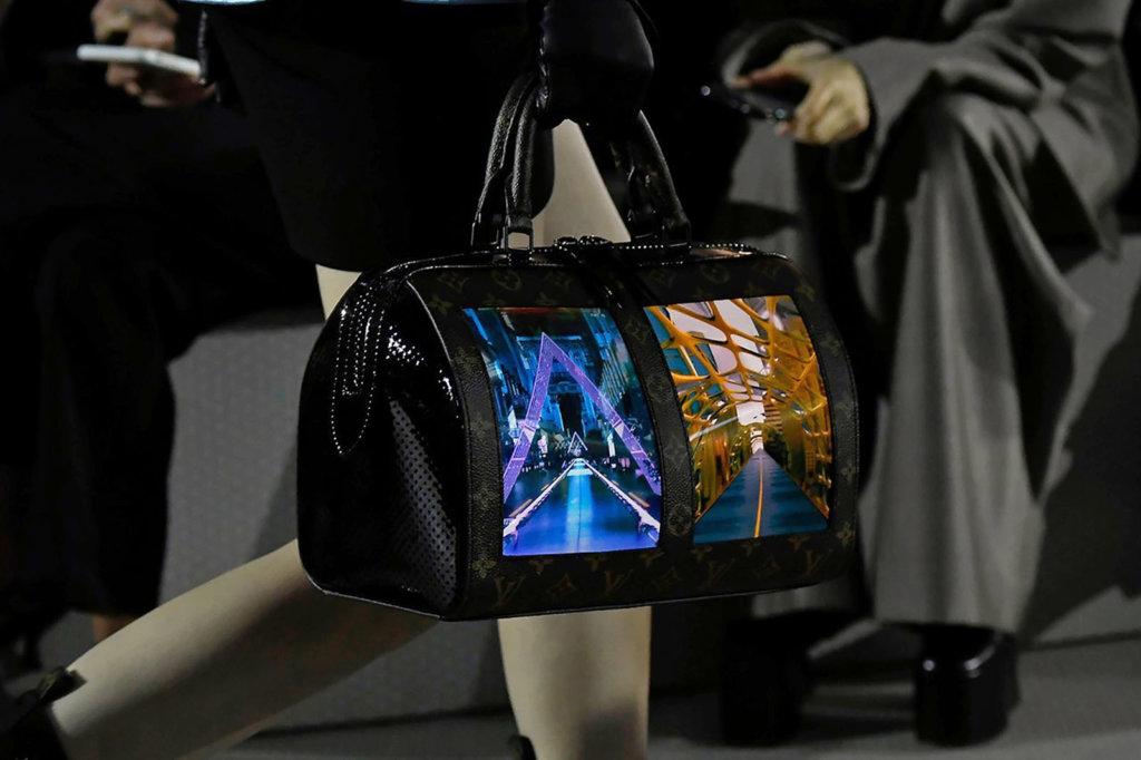 品牌在Speedy袋款上安裝了1920 x 1440解像度的AMOLED螢幕
