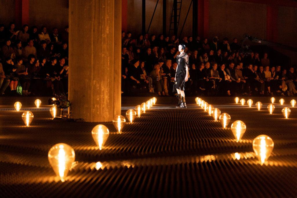 Prada將時裝騷上充滿實驗室風格的鎢絲燈泡搬至期間限定店內