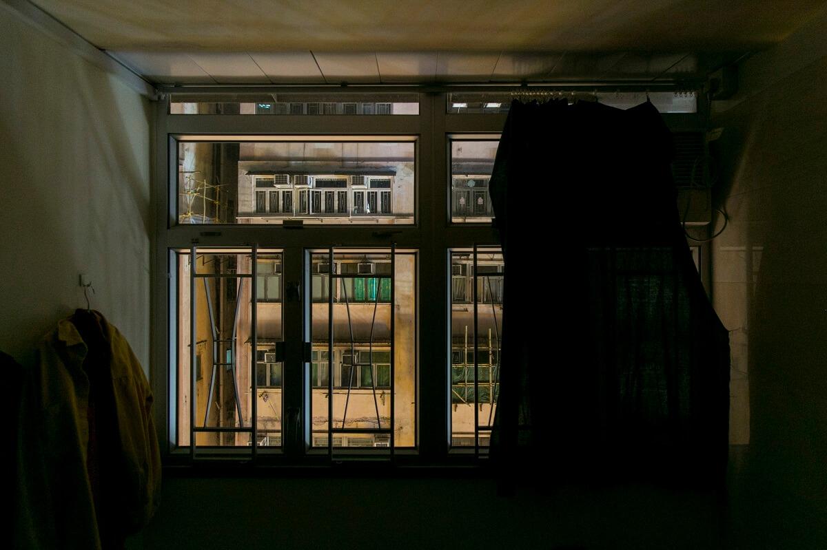 在她眼中,何謂理想的地方?「有一扇大窗,窗外有些風景,開揚少少。」現在掀開窗簾,是一排排黑漆漆、觸手可及的唐樓。