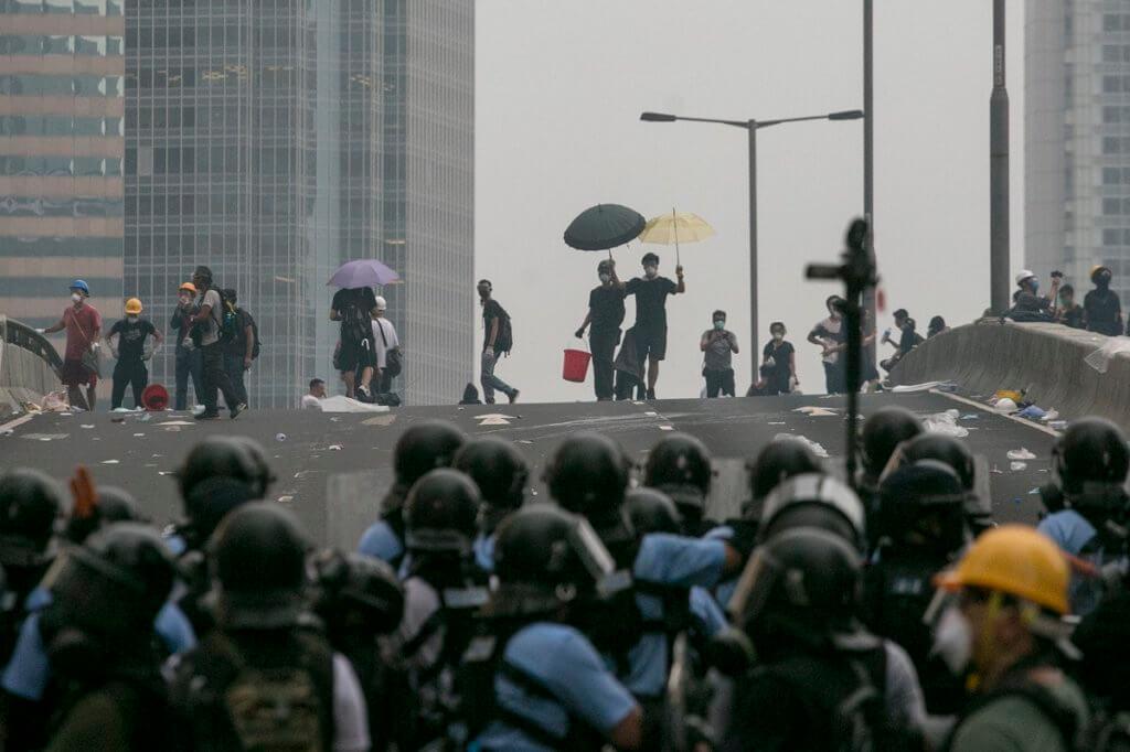 警察與抗爭者對峙
