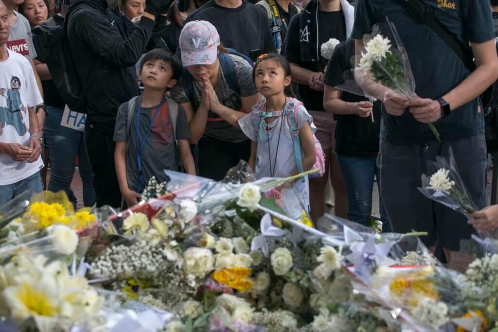 6.16當日大量市民到金鐘太古廣場前獻花,哀悼前一晚墮斃的梁先生。