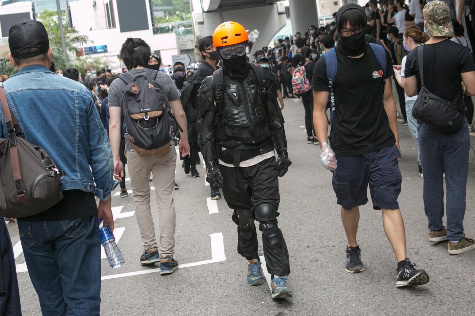那些「示威者」是他的戰友,在硝煙之中互相扶持。