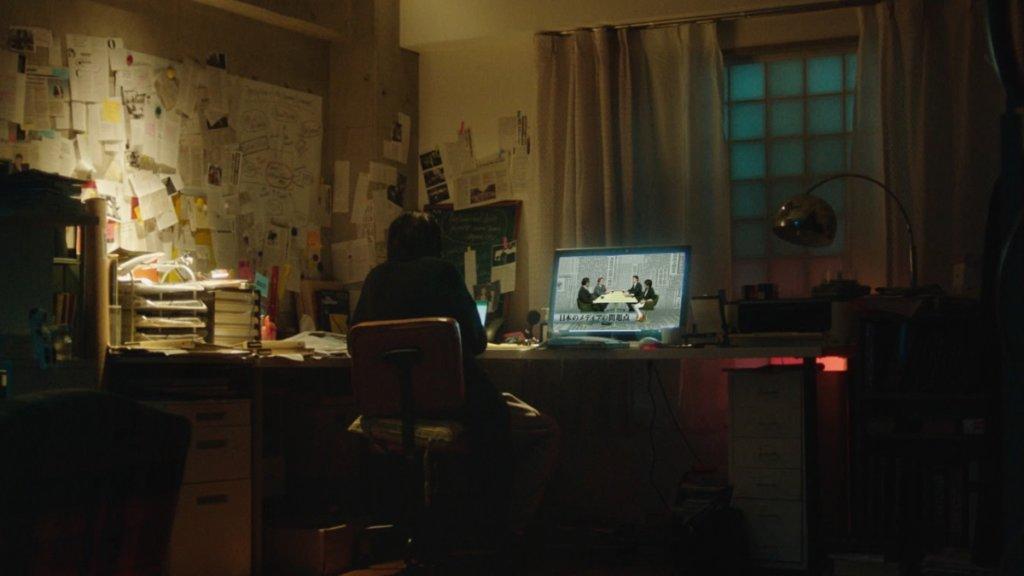 女主角為新聞記者,其家中書房貼滿大小Memo紙,工作猶如偵探,奮力揭發政府的軍事陰謀。