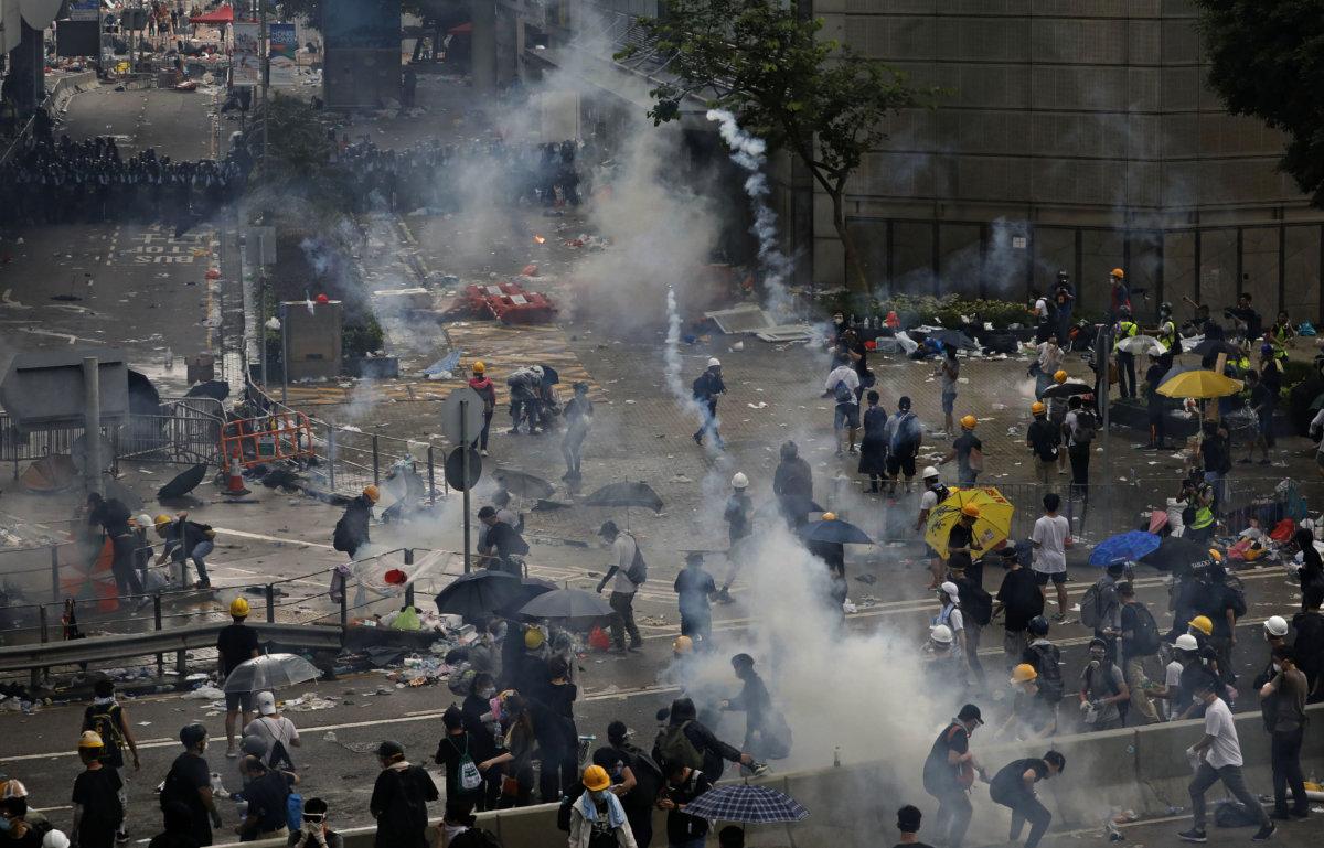 6月12日,余偉建於夏愨道天橋上拍攝示位者被催淚彈驅散的現場情況(AP Photo/Vincent Yu)