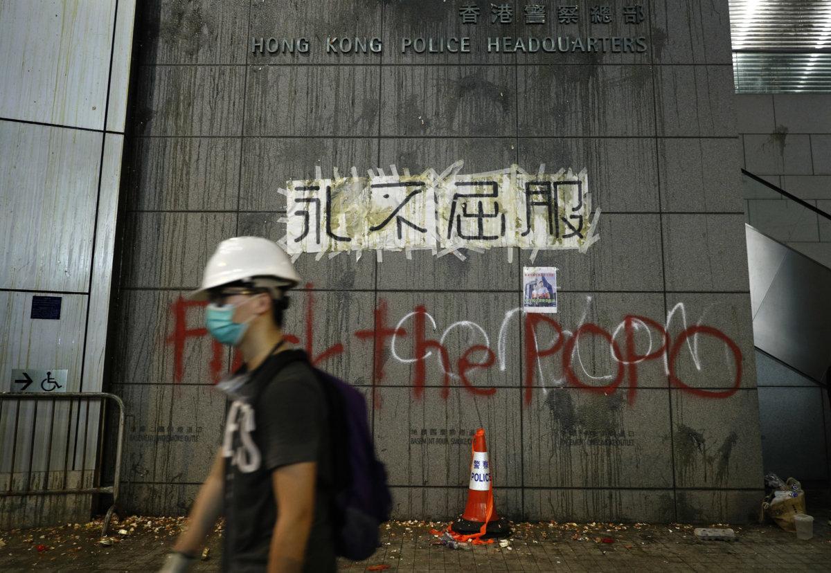 6月21日,示威者於警察總部的牆上噴寫字句(AP Photo/Vincent Yu)