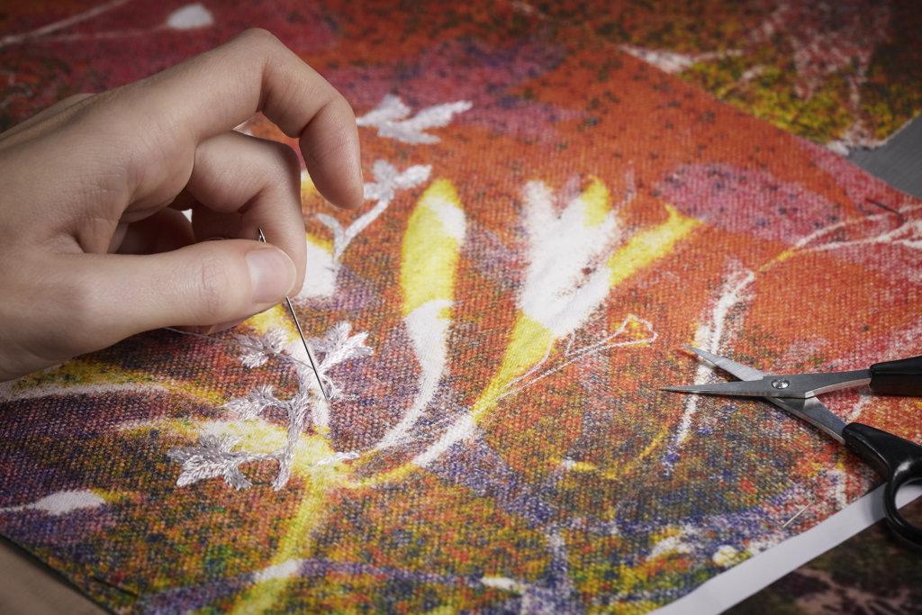 手袋以帆布製作,Falls認為這才能好好的把畫作質地呈現,Vuitton工坊以傳統的提花編織結合高清數碼印花,將藝術品完美轉移到手袋表面,再添加手工刺繡,增加立體感和對比度。