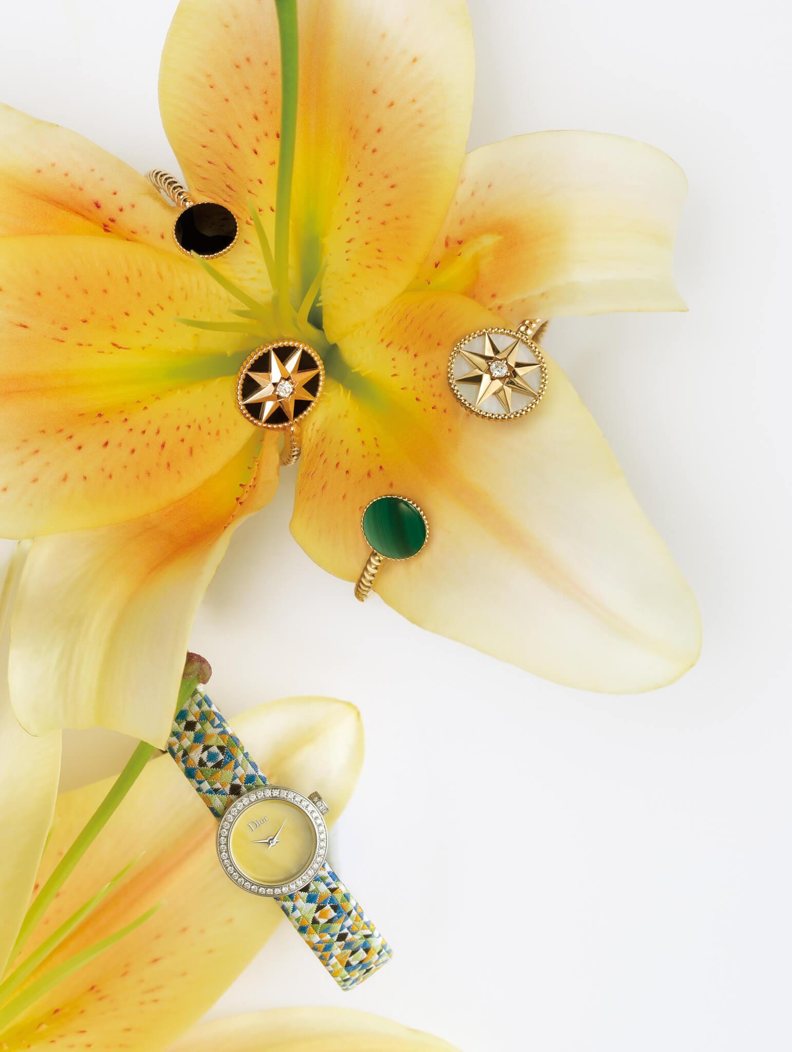 (上起)Rose des Vents 18K玫瑰金、鑽石及縞瑪瑙手鐲 $52,500 Rose des Vents 18K黃金、鑽石、珍珠母貝及孔雀石手鐲 $54,500 La Mini D de Dior Mosaique 19mm精鋼、鑽石及珍珠母貝腕錶,搭載石英機芯,配編織錶帶 $34,200