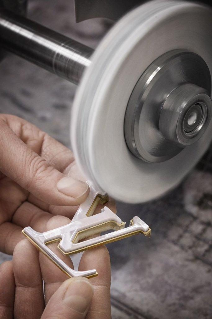 """袋上的""""LV""""標誌和手挽連接袋身圈環用珍珠母貝製成,感覺高貴優雅。"""