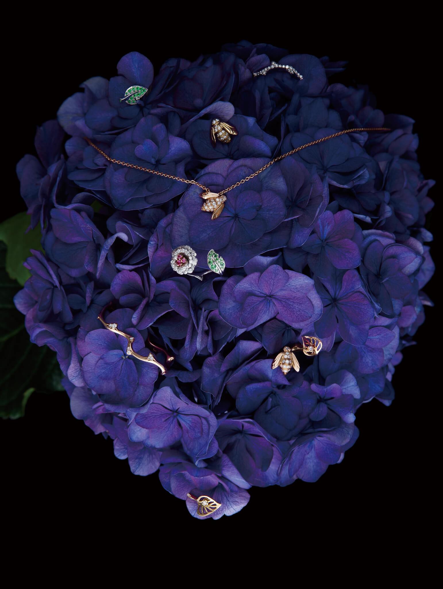 (上起)Bois de Rose 18K 白金及鑽石耳環 $28,900/單隻 Rose Dior Bagatelle 18K白金及沙芙萊石耳環 $14,900/單隻 Rose Dior Pre Catelan 18K黃金及鑽石耳環 $25,900/對 Rose Dior Pre Catelan 18K玫瑰金及鑽石頸鏈 $24,900 Rose Dior Bagatelle 18K白金及玫瑰金、鑽石、粉紅藍寶石及沙芙萊石榴石戒指 $74,000 Bois de Rose 18K玫瑰金及鑽石戒指 $30,800 Rose Dior Pre Catelan 18K玫瑰金及鑽石戒指 $43,800 Rose Dior Pre Catelan 18K黃金及鑽石耳環 $25,900/對