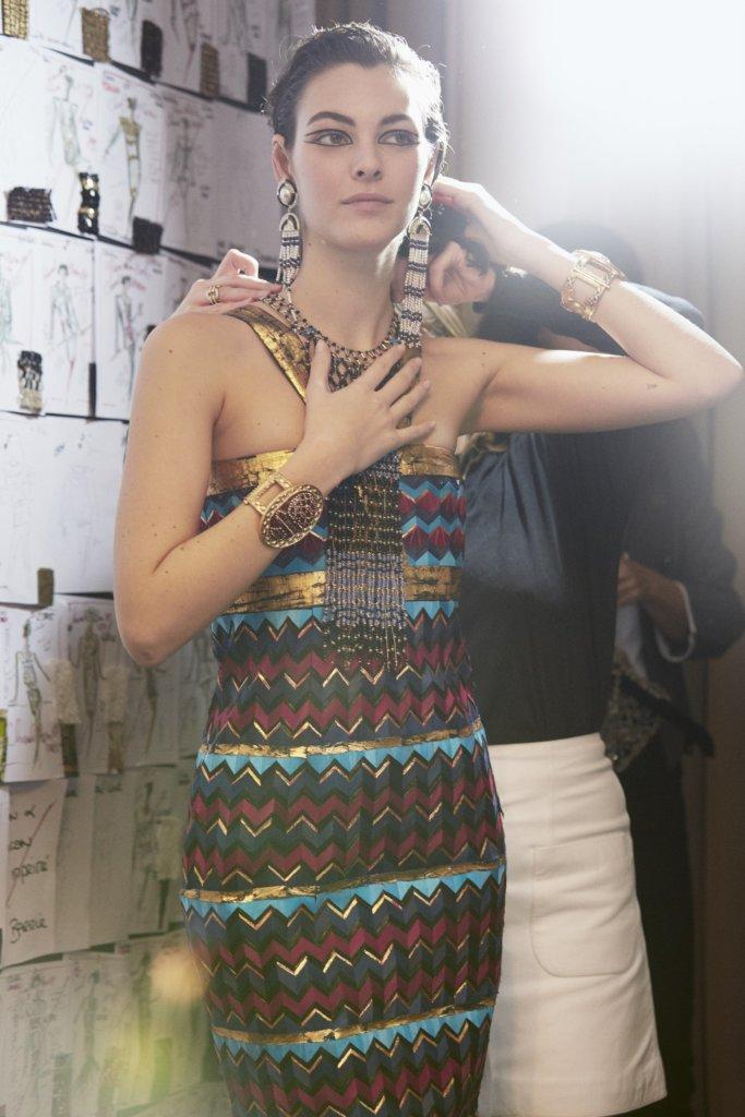 這條由Lemarié製作的羽毛長裙,遠看以為是幾何圖案印花,近看才知道那一格格的圖案全是羽毛。