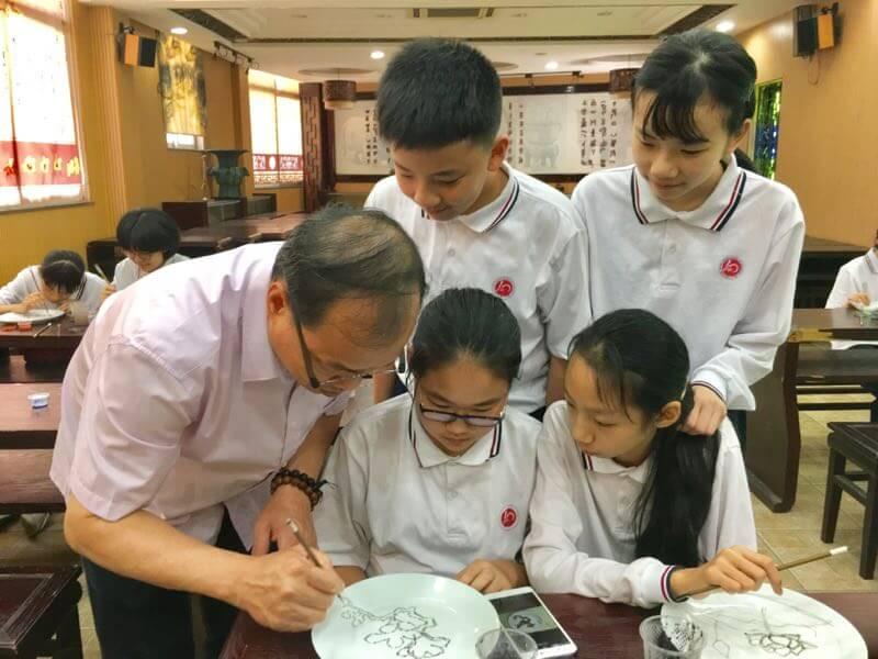 趙藝明會到學校傳授廣彩技法,親自一筆筆向學生展示畫圖的訣要,同時教他們鑑賞法門。