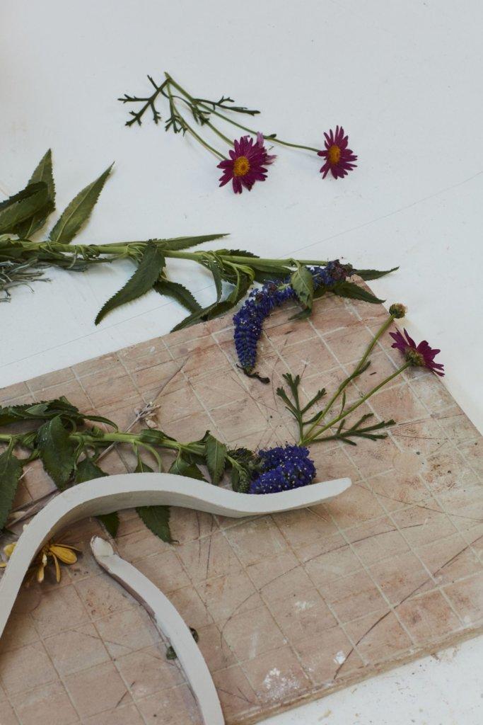 今次Artycapucines項目中他以樹枝、樹葉及花朵等自然物質覆蓋巨型畫布,並從特定位置灑上顏料,再曝露於大自然環境之中,創作出獨一無二的抽象風景。當移除自然物質後,畫布會留下如鬼魅般的形狀和圖案。