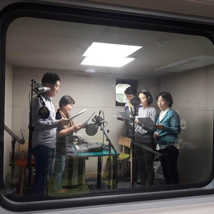 圖書館暗藏一個錄音室,開放給街坊為社區錄製網上電台節目。