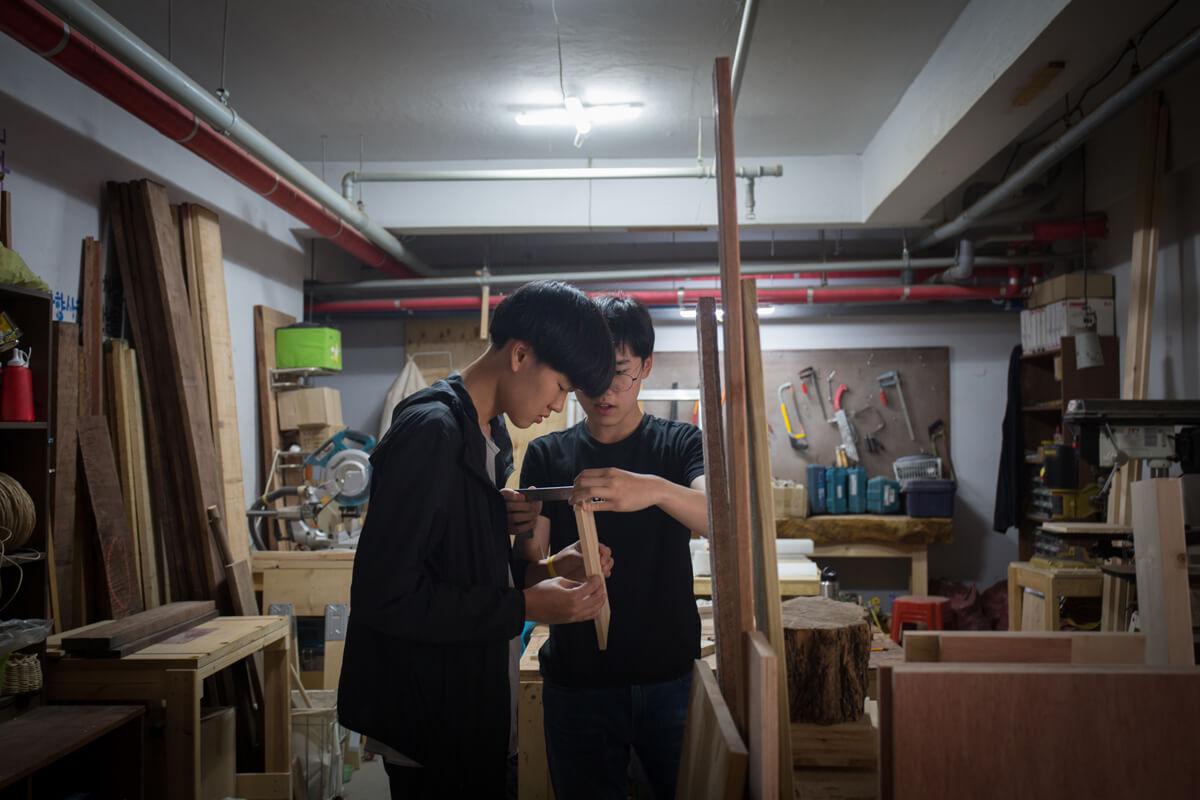 城美山學校的學生利用午休時間做木工手藝