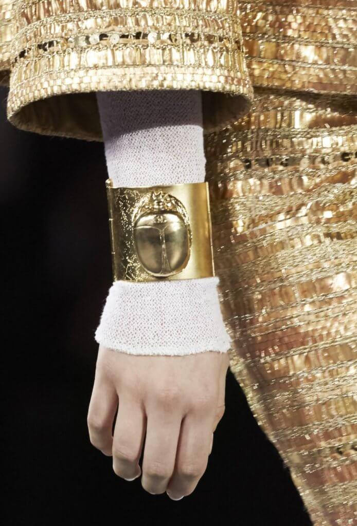 系列中的手環上常見聖甲蟲符號,是出自專造珠寶配飾的Goossens,用上創始人Robert Goossens的模具造出聖甲蟲的立體輪廓。