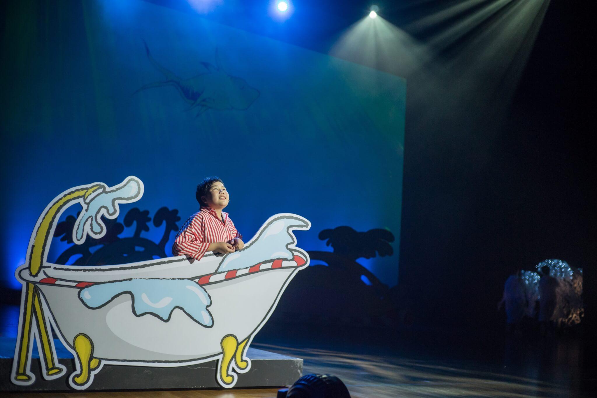 《蘇斯狂想曲》是一齣合家歡音樂劇,故事講述大象霍頓的冒險旅程,所以何冠儀也刻意安排多個色彩繽紛的佈景。