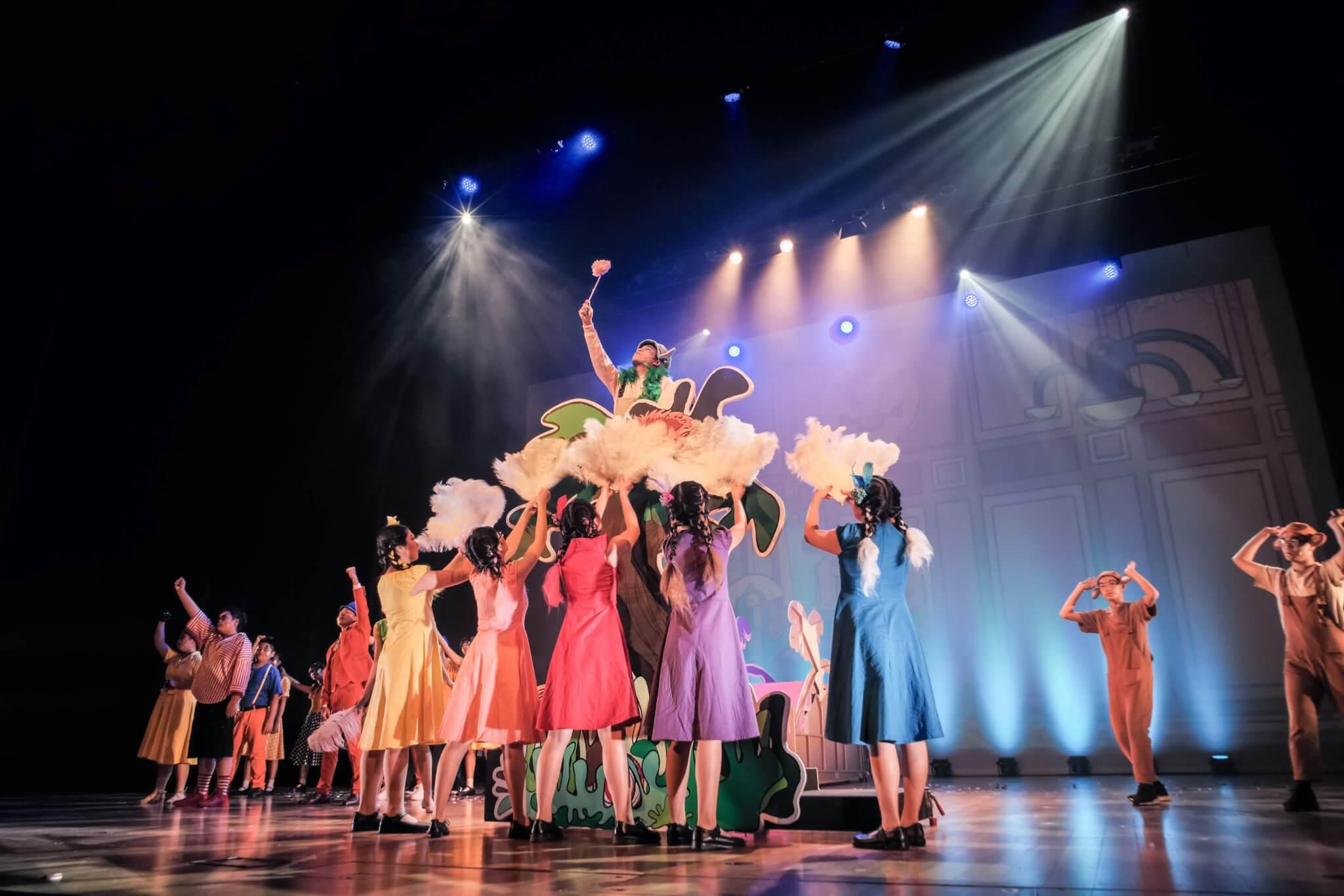 何冠儀喜歡教中學生演英文音樂劇,圖為今年香港中文大學校友會聯會陳震夏中學的《蘇斯狂想曲》音樂劇演出。