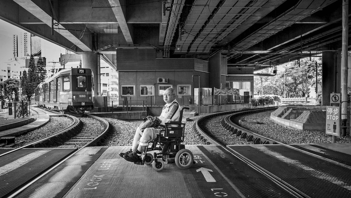 Roger自創「打八字」過路軌,以免車轆陷入路軌。面對人生分岔路,總有方法走上去。