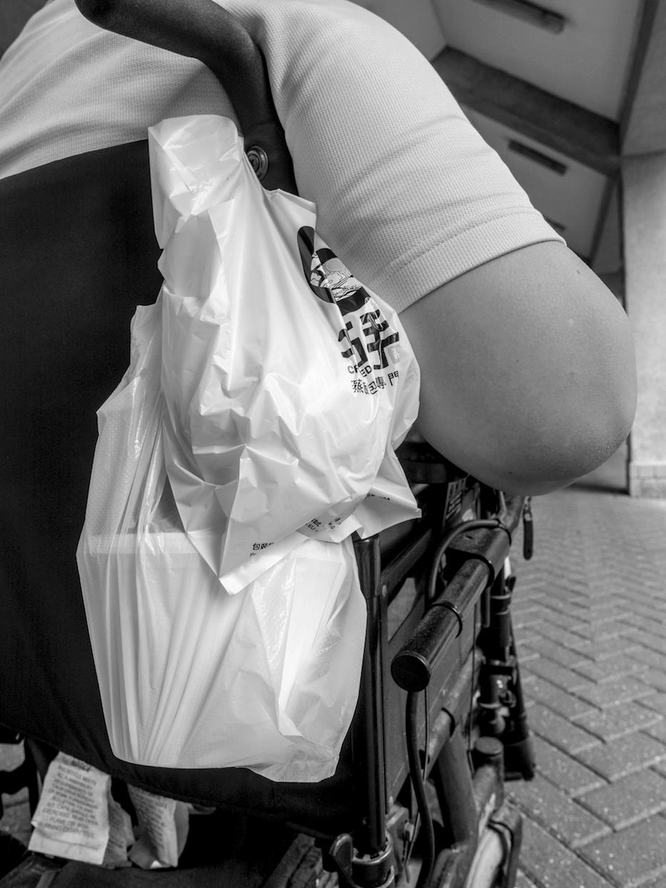 外賣掛在輪椅扶手,自己外賣自己送。