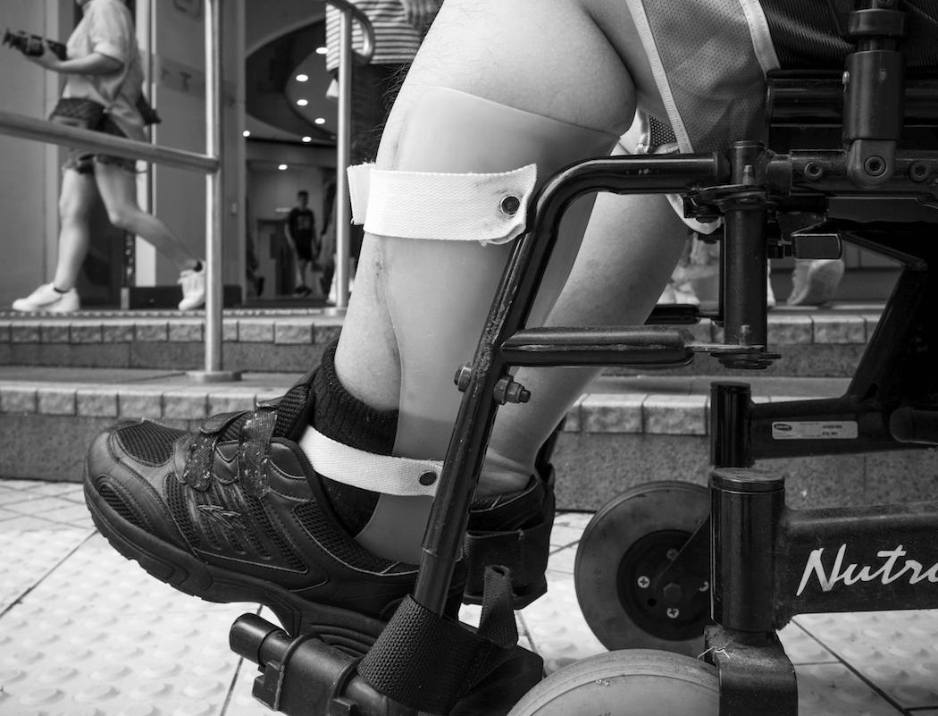 穿着腳托,左腳才不會反出輪椅。