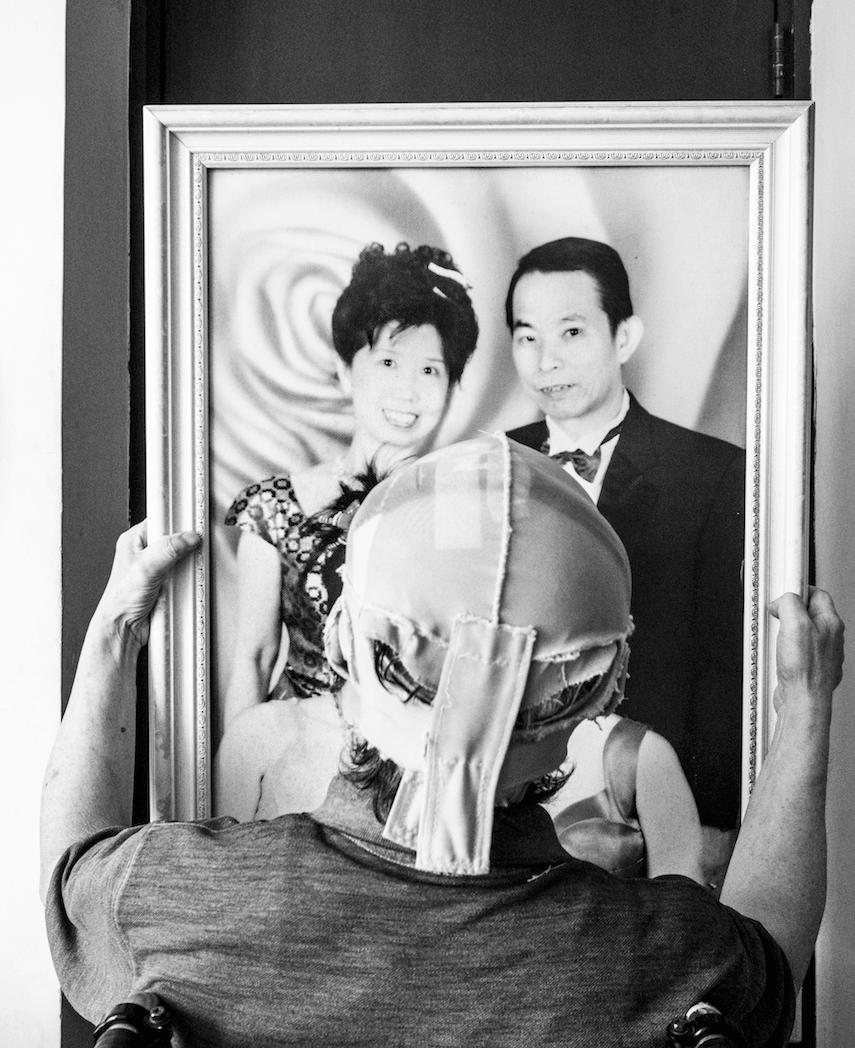 重看十多年前拍下的一家兩口家庭照,郭先生的雙手將相框抓得緊緊。有那麼一刻,他的眼神透出一點感觸。