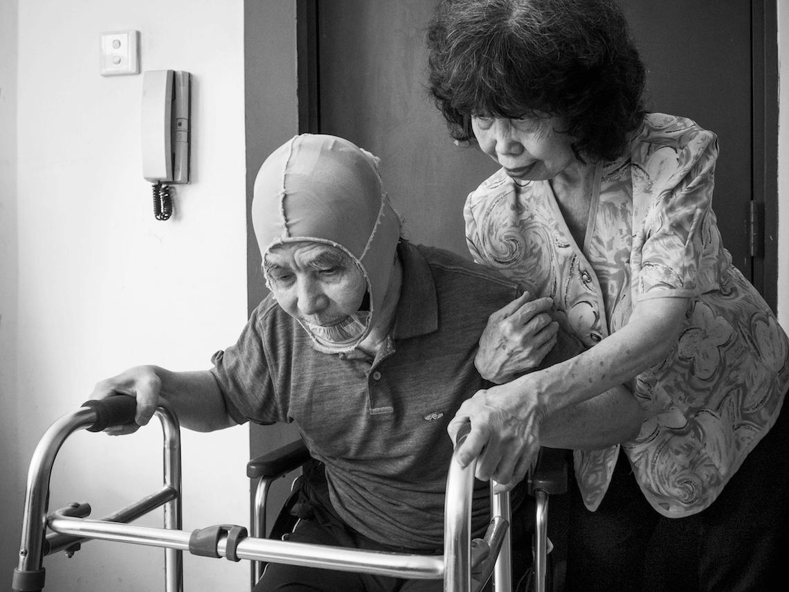 因病久坐,缺乏活動,郭先生需要使用助行器才可以站起來。家門與走廊,就是他的「健步徑」。