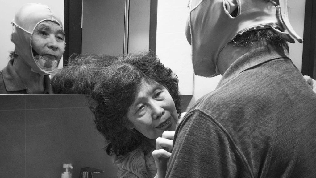 郭先生曾在廁所跌倒,呆坐兩小時等太太回家,郭太太從此都盡可能貼身照顧。