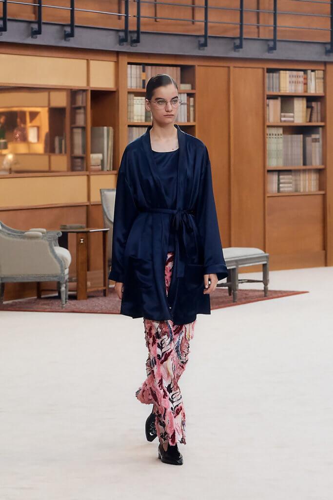 非常重工的刺繡長褲,配搭絲質kimono外套遮住其略為浮誇的手工。