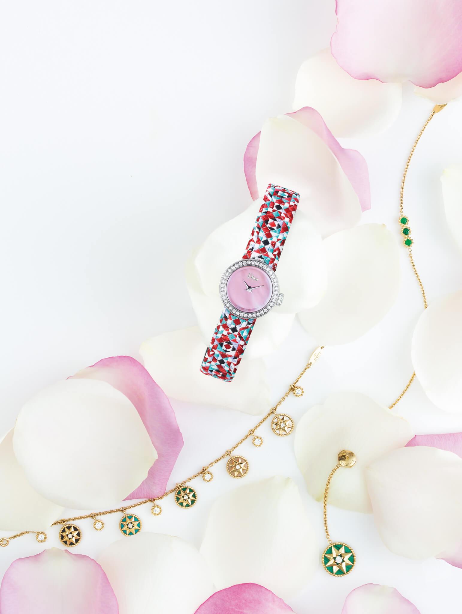 La Mini D de Dior Mosaique 19mm精鋼、鑽石及珍珠母貝腕錶,搭載石英機芯,配編織錶帶 $34,200 Dior Joaillerie Mimirose 18K黃金及祖母綠手鏈 $15,400 Dior Joaillerie Rose des Vents 18K黃金、鑽石、珍珠母貝、縞瑪瑙、綠松石、孔雀石及粉紅蛋白石手鏈 $56,000 Dior Joaillerie Rose des Vents 18K黃金、鑽石及孔雀石耳環 $17,800/對