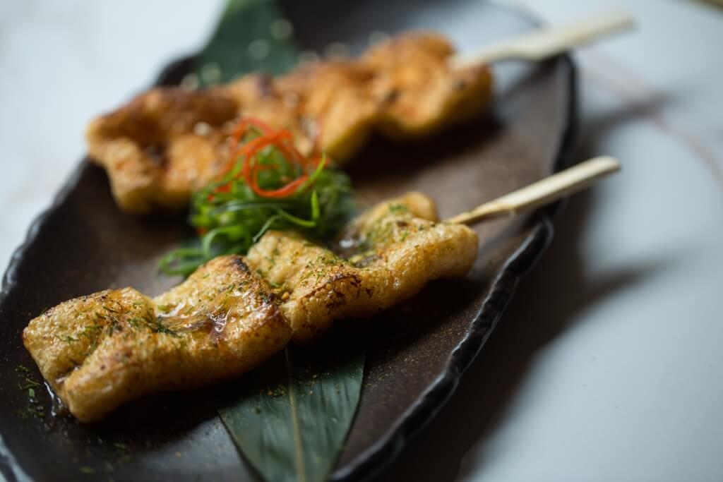 「油揚豆腐」配新疆香草或柚子醬:油揚豆腐以孜然粉和辣椒粉等調味,味道似足羊肉串,同樣惹味。($38/2串)