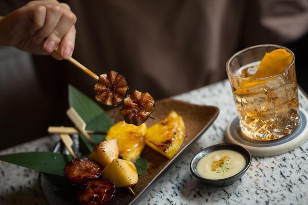 炭燒新鮮水果拼盤:即場炭燒的水蜜桃、無花果、布冧和菠蘿表面略帶焦香,一咬之下果汁瞬間爆發,既香且甜。($108)