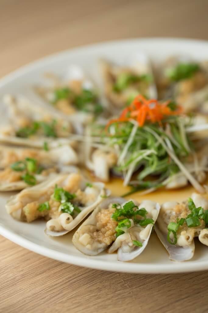 蒜蓉蒸蟶子 // 蒜蓉跟任何貝類永遠都是絕配,肥美juicy的蟶子每一口都有着濃郁的蒜香,叫人停不下來。 ($109)
