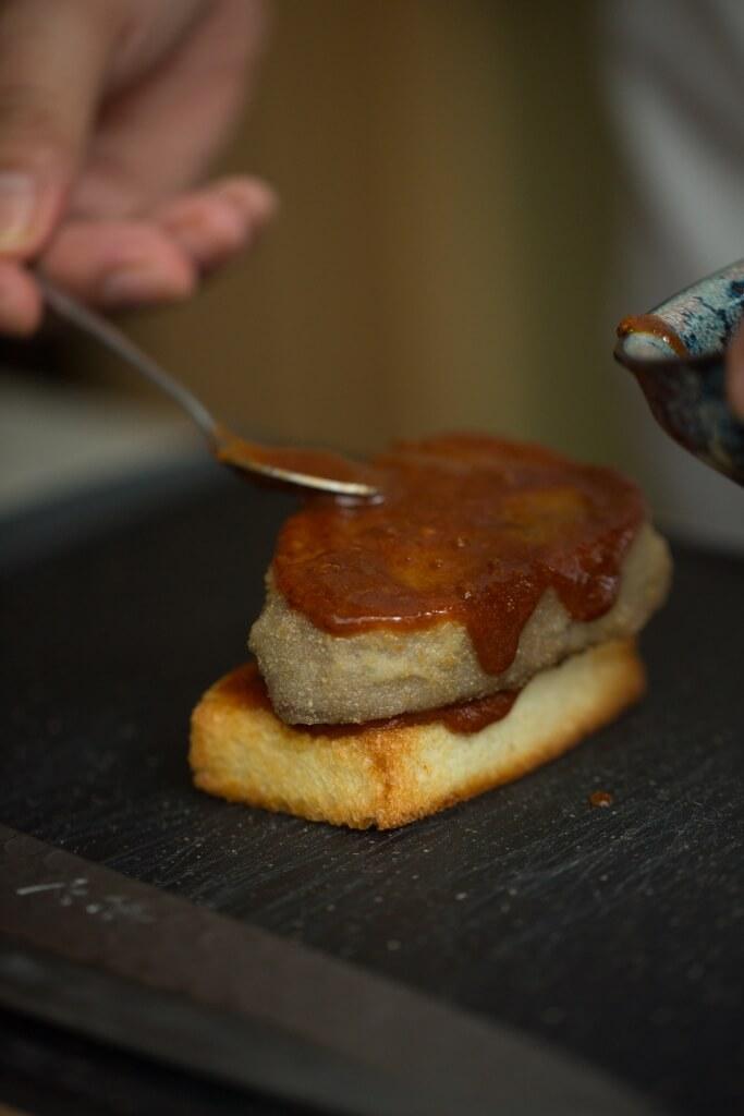 創辦人桑原先生的秘製醬汁酸中帶甜, 中和了和牛的油膩感。