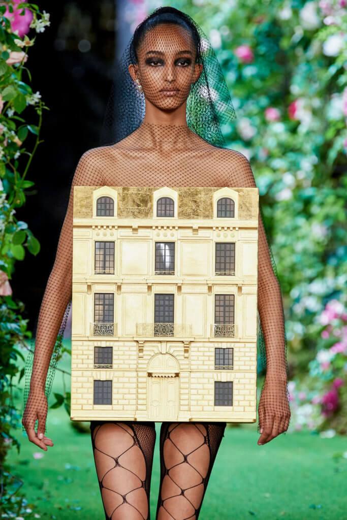壓軸出場的是一套Dior總部造型的金箔屋子,由Penny Slinger設計,以此向品牌歷史和創辦人Christian Dior致敬。