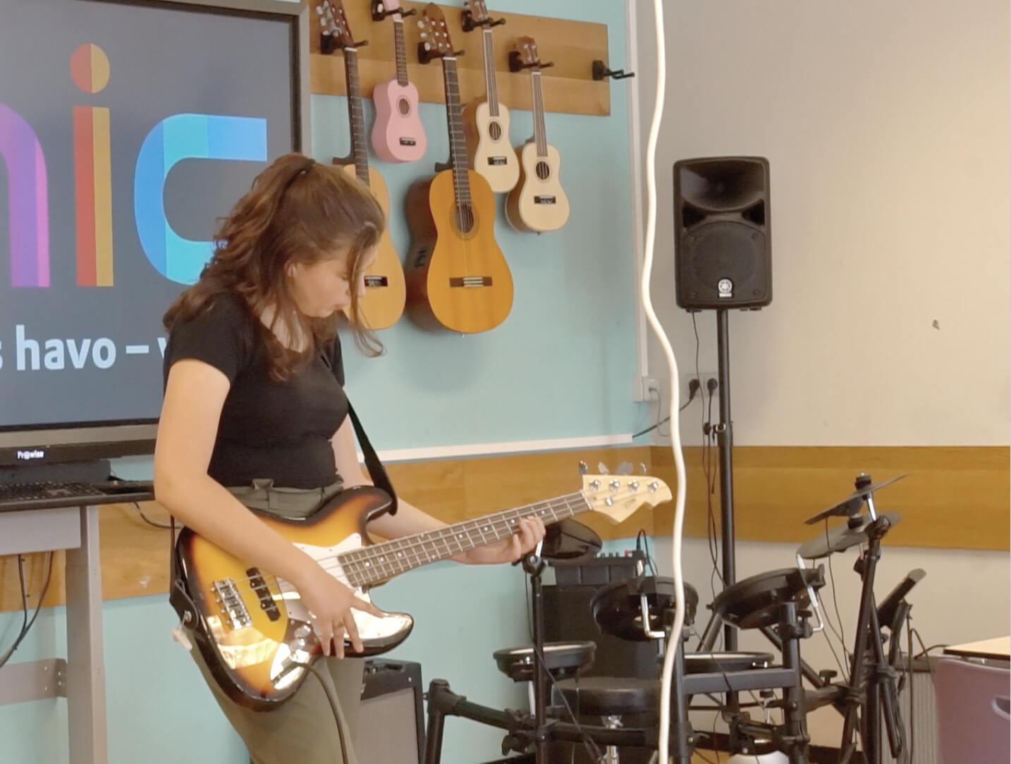 學生「成功爭取」改建學校課室做音樂室,參觀當日有幾位同學在作曲夾歌。