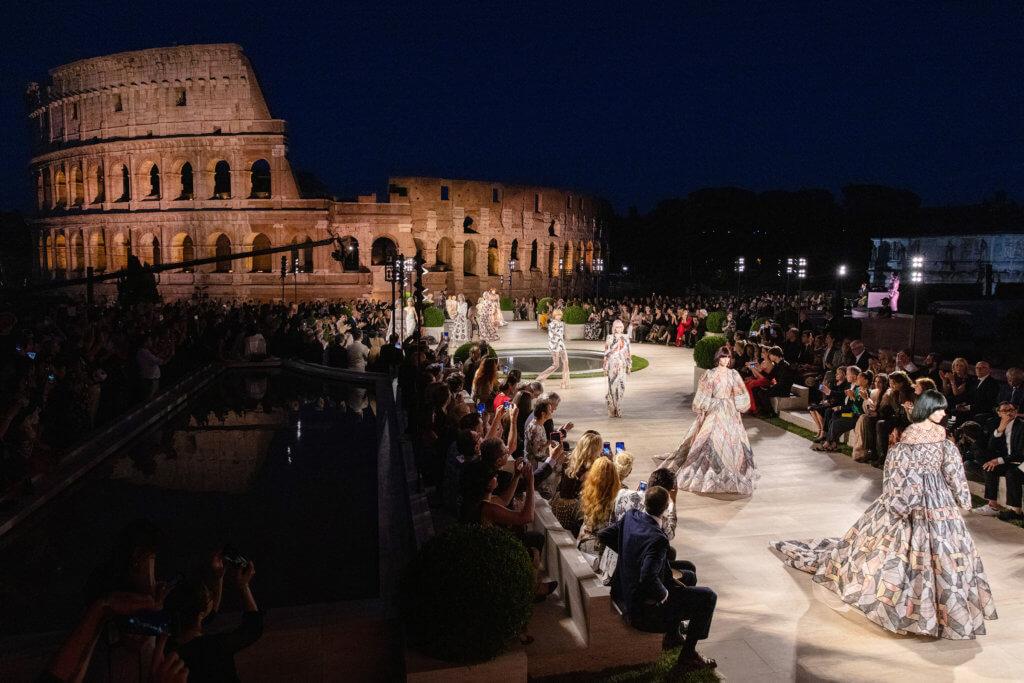 Fendi近年不停強調品牌與羅馬的深遠歷史,今季Silvia特地選址羅馬競技場舉辦時裝騷。
