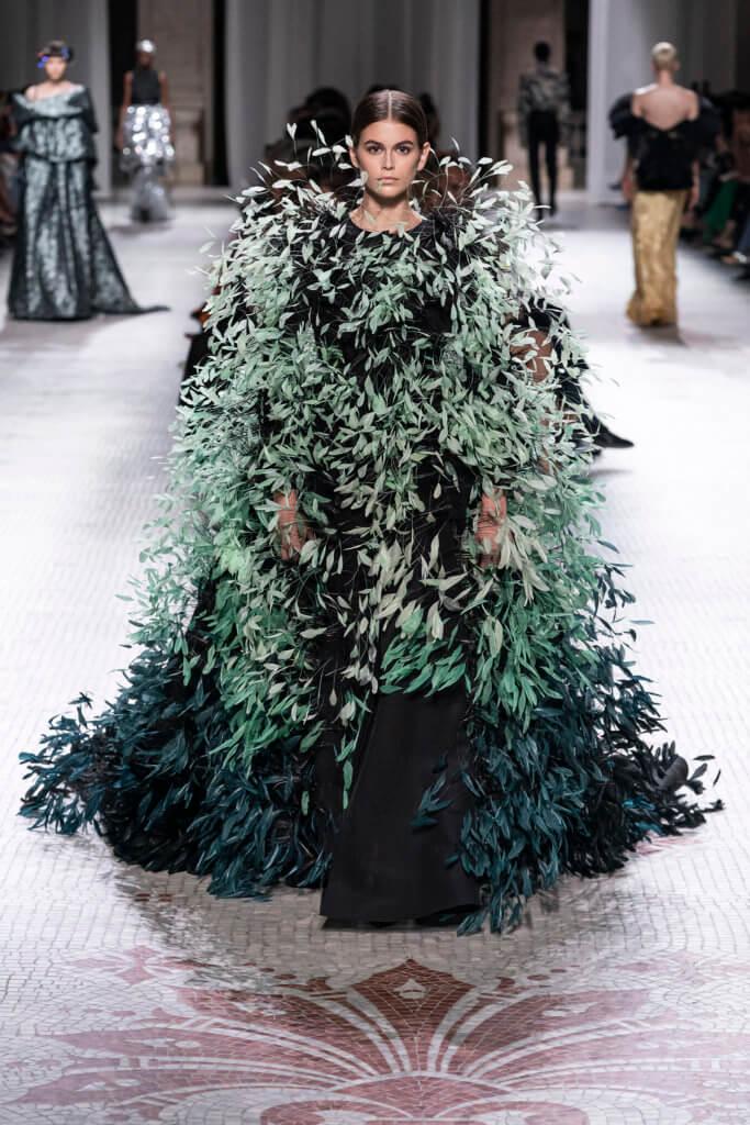 綠色晚裝密集地佈滿漸變綠色的羽毛,Clare在後台提過:「被困在房子裏的鳥女人。」