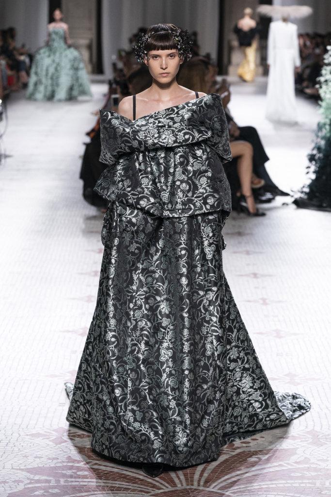 Clare Waight Keller的少女心依然存在,只是Givenchy激發了她內心的古怪想法。