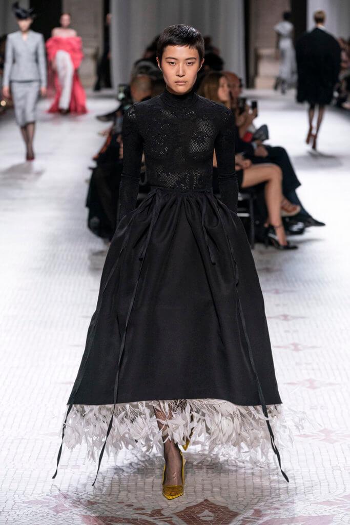 城堡中邪惡女王穿的黑色禮服,裙擺下卻裝飾着白色羽毛,「像鳥一樣的生物,總是棲息在屋頂上」。