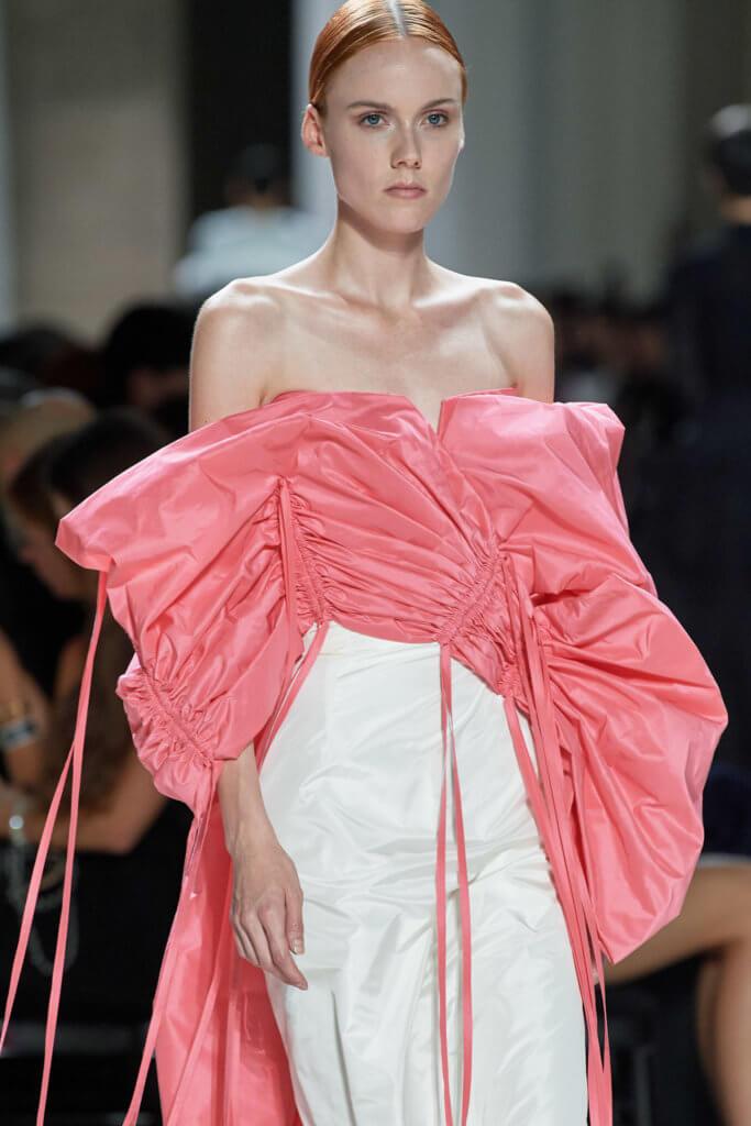 中間出現三套配搭粉紅色的塔夫綢晚裝。