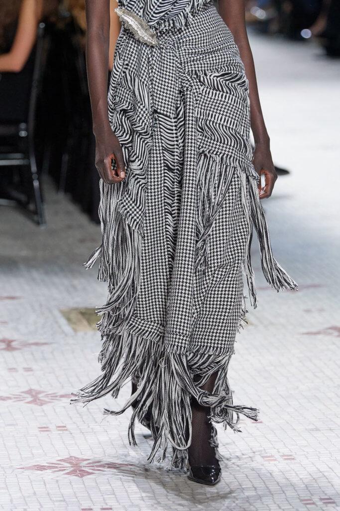 出場是黑白色的tweed和千鳥格,有的被磨爛留下流蘇,有的加入了羽毛。